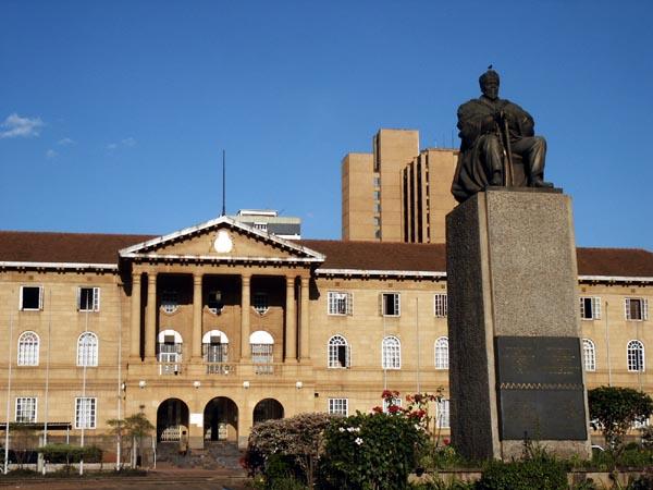 Vue de Jomo Kenyatta Statue et la Cour suprême, JimSlim, Public Domain