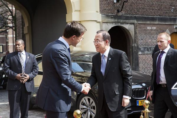 800px-Ban_Ki-moon_arriveert_bij_Binnenhof_20_8631767116-1